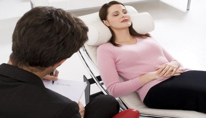 Τι είναι η υπνοθεραπεία, γιατί θεωρείται τόσο αποτελεσματική και που μπορεί να βοηθήσει